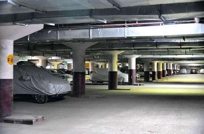 इधर पार्किंग को बनाया गैराज, उधर गाड़ी के लिए नहीं मिल रही जगह