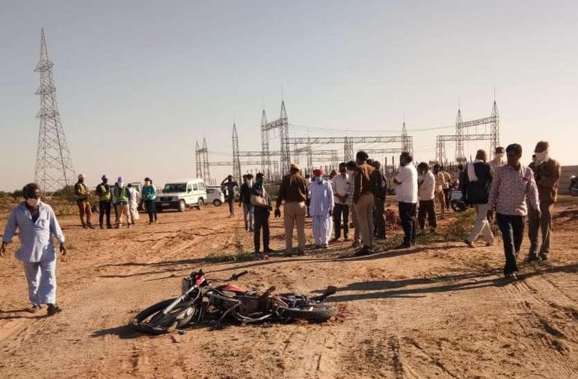 ट्रक से कुचली मोटरसाइकिल, पुलिस ने मिट्टी नहीं डालने के लिए किया पाबंद