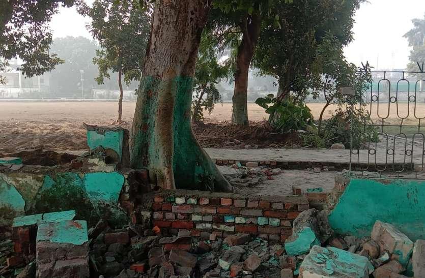 आजम खान के गढ़ में 'सैकड़ों' साल पुरानी मजार पर चला बुलडोजर, डीएम बोले- होती थीं गलत क्रियाएं