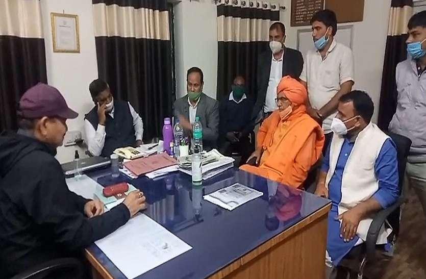 पुलिस के आला अधिकारियों से विरोध दर्ज कराते सांसद सुमेधानंद सरस्वती.. दोषियों के खिलाफ कार्रवाई की मांग