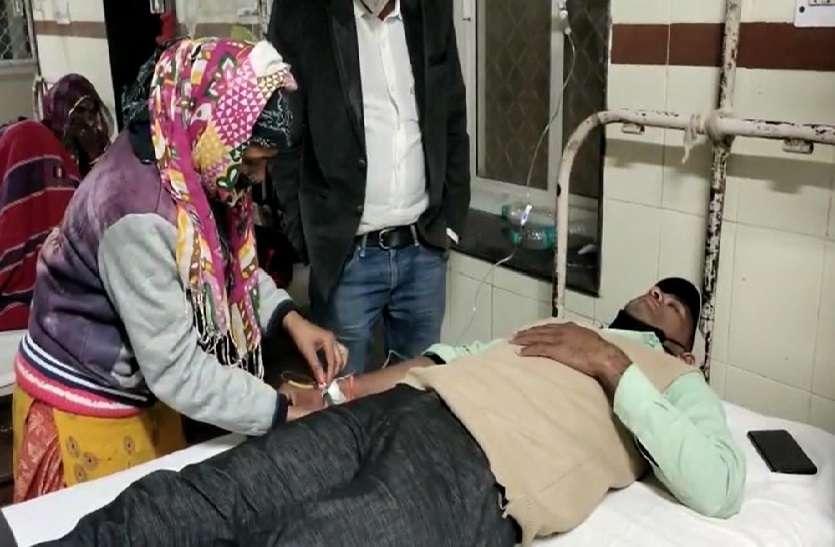पुलिस की कथित पिटाई से घायल राकेश अस्पताल में इलाज लेते हुए