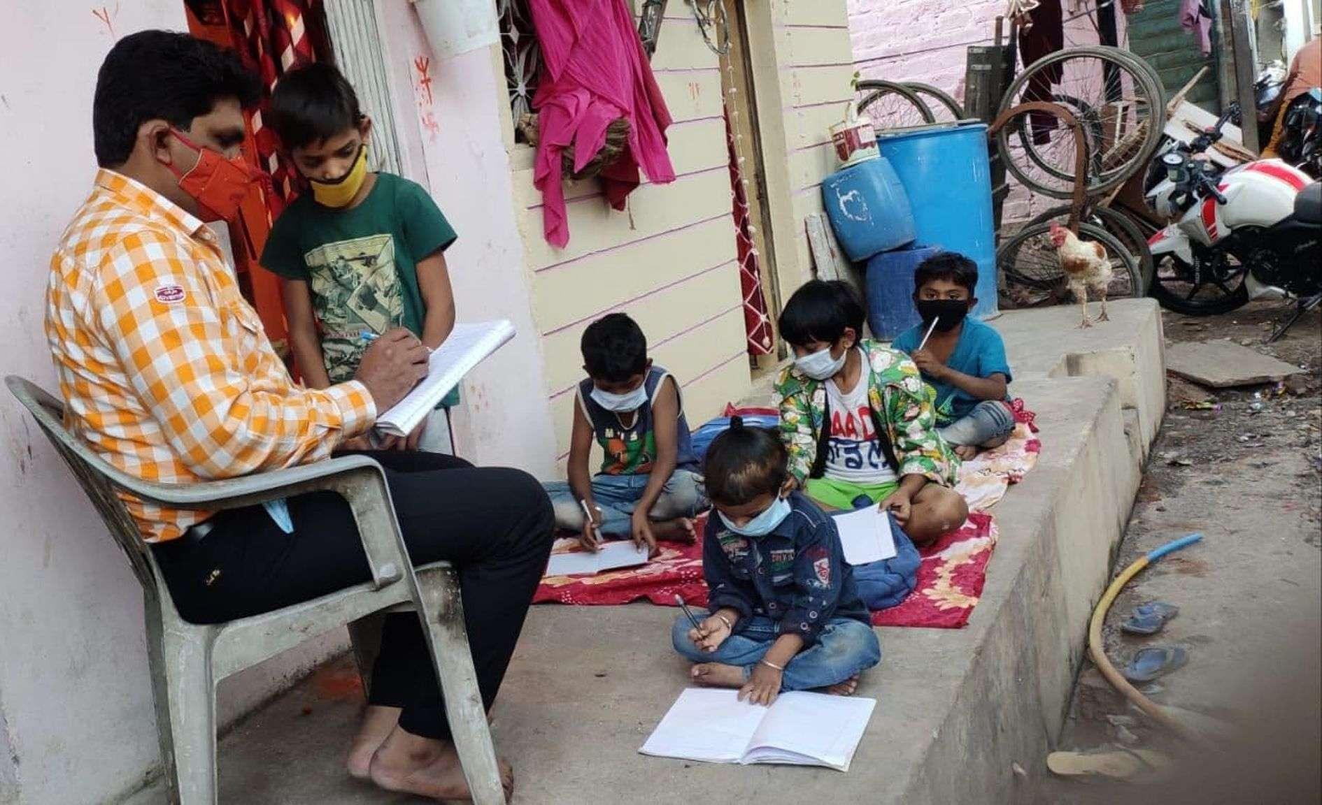 कोरोना ने कर दिया था किताबों से दूर, अब मोहल्ले में ही मिलने लगी शिक्षा