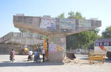 रेलवे फाटक पर हर दिन सात घंटे थमा रहता है शहर, फिर भी ओवरब्रिज निर्माण में ऐसी धीमी रफ्तार
