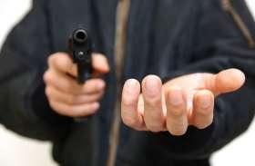 ग्रामीण बैंक के कैशियर को अज्ञात नकाबपोशों ने मारी गोली, बैग लेकर हुए फरार