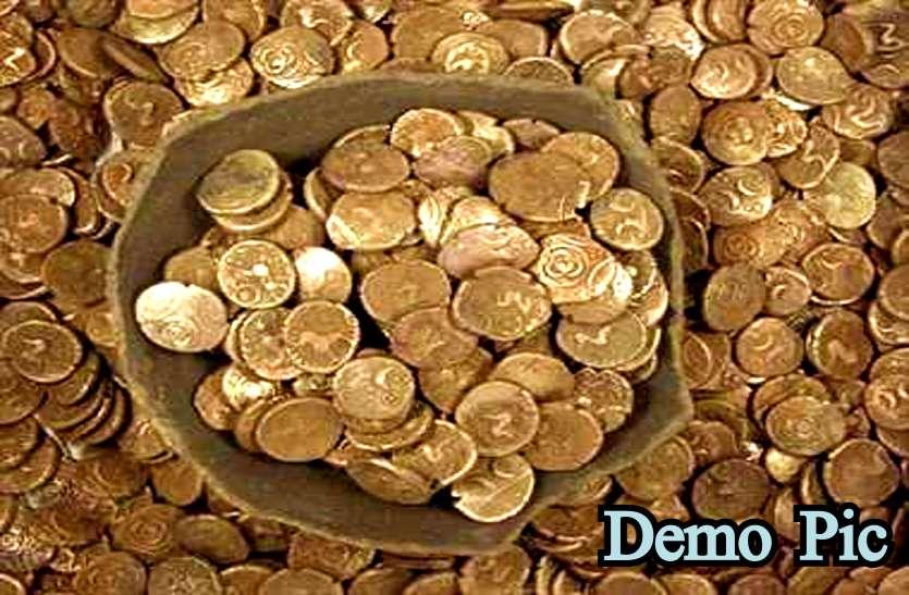 नहर की खोदाई में मिला खजाना, प्राचीन सिक्कों से भरे घड़े देख खुली रह गई आंखें