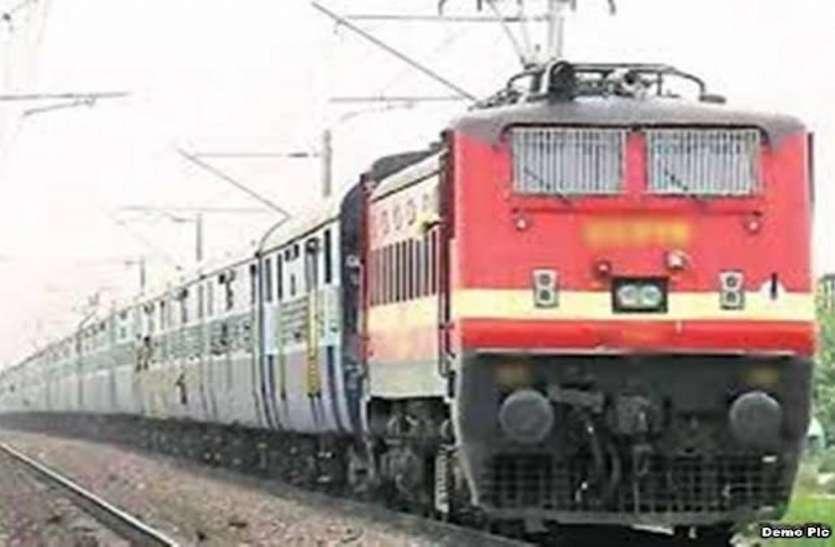 टिकट में अत्यधिक बढ़ोतरी से रेलयात्रा पड़ रही भारी