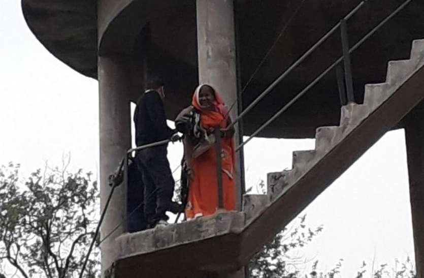 महिला पानी में टंकी पर चढ़ी, अधिकारियों की फूली सांसे