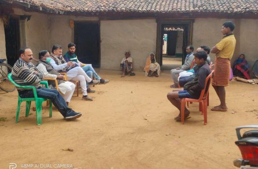 मृत किसान के परिजनों से मिले भाजपाई, कहा- कांग्रेस सरकार की घोर लापरवाही के कारण की आत्महत्या