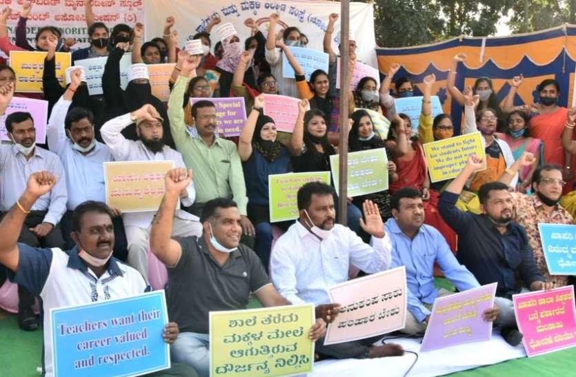 सरकार पर शिक्षकों व निजी स्कूलों की अनदेखी का आरोप