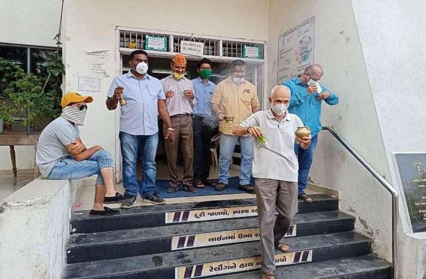 भरुच : पालिका कार्यालय के शुद्धिकरण के लिए धूप-बत्ती से कौतूहल