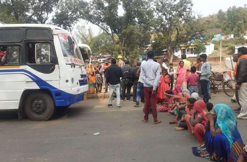 सरपंच पर शासकीय जमीन में कब्जा कर बेचने का आरोप, ग्रामीणों ने किया चक्काजाम