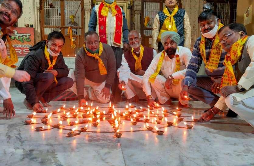 विजय दिवस के अवसर पर 108 दीप जलाकर शहीदों को दी श्रद्धांजली