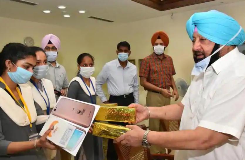 Punjab : स्मार्ट कनेक्ट स्कीम का दूसरा चरण आज से शुरु, सीएम ने छात्रों को दिया स्मार्टफोन