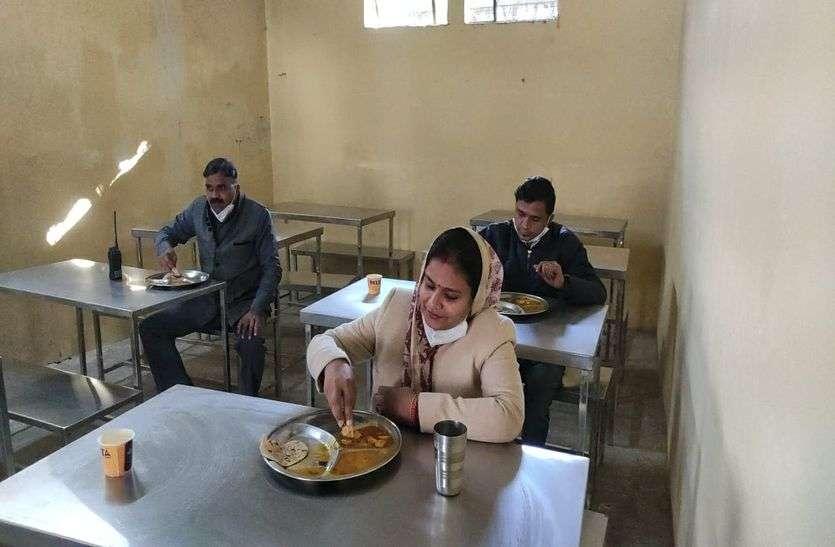 महापौर मुनेश पहुंची इंदिरा रसोई, लोगों के बीच बैठकर खाया भोजन