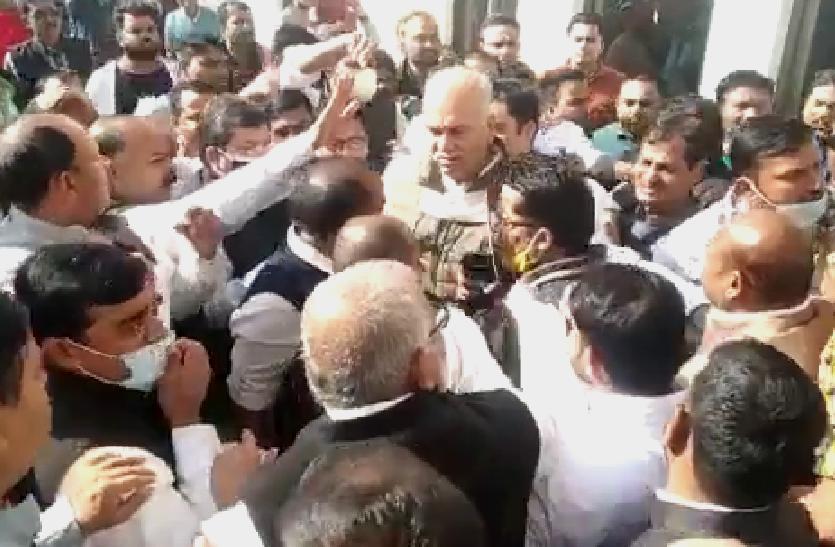 गुटबाजीः प्रदेश प्रभारी की मौजूदगी में भिड़ गए कांग्रेस कार्यकर्ता, वीडियो हुआ वायरल