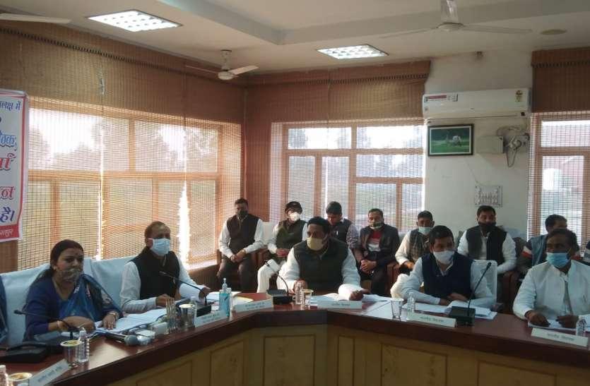जिले में मंत्रियों ने समीक्षा कर अफसरों को दिए निर्देश