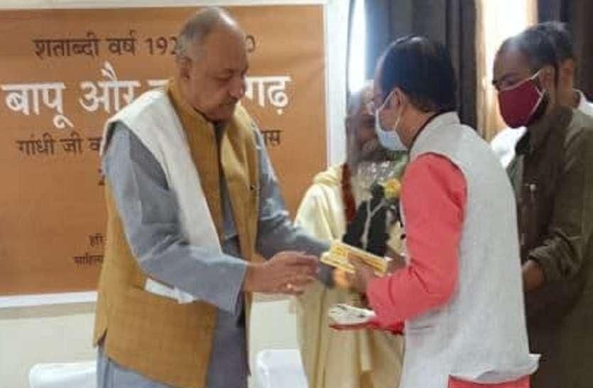 महात्मा गांधी का स्वागत करने वाले स्वतंत्रता सेनानी के परिजन सम्मानित
