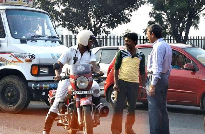 कोलकाता में ट्रैफिक नियम नहीं मानने वाले सैकड़ों वाहन चालकों के खिलाफ कार्रवाई