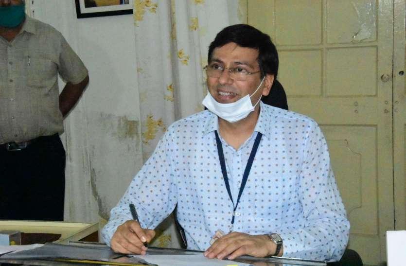 संभागीय आयुक्त डॉ समित शर्मा ने अधिकारियों को दिए साफ़ निर्देश, बोले- बहानेबाजी नहीं चलेगी, जनता का काम होना चाहिए