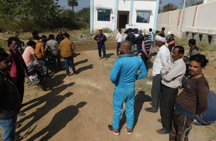 दुर्घटना के विरोध में परिजनों सहित ग्रामीणों ने किया सड़क जाम