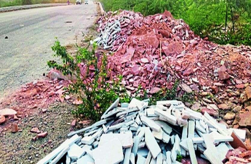 पत्थर इकाइयों के मलबे ने की सड़कों की हालात खस्ता