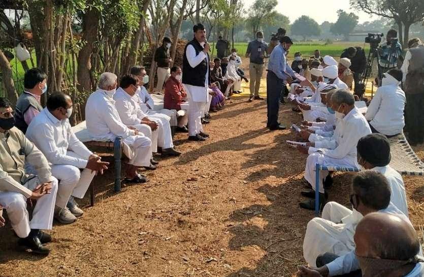 नए कृषि कानूनों के विरोध में कांग्रेस ने छेड़ा 'चलो गांव, चलो खेत' अभियान, प्रदेश अध्यक्ष चावडा ने खेत पर किसानों से की चारपाई बैठक