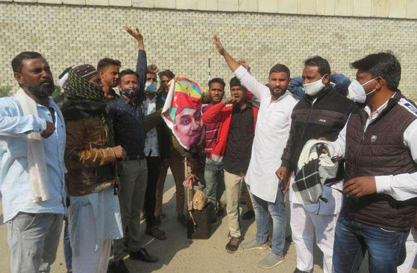 टोंक में कांग्रेस कार्यकर्ताओं ने शिक्षा मंत्री का पुतला फूंका, सचिन पायलट जिन्दाबाद के लगे नारे