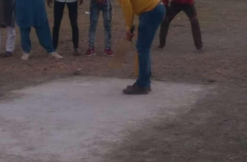 ग्रामीण युवाओं के साथ क्रिकेट खेलने मैदान में उतरे कलेक्टर
