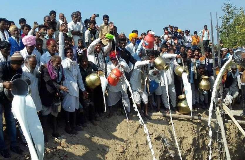 11 हजार लीटर दूध से सांवलपुरा देवनारायण मंदिर की नींव भरी, घी, दही भी डाला