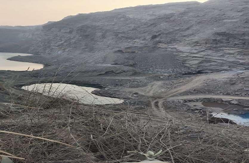 अवैध खनन से निकला जमीन से पानी लेकिन अफसरों की आंखों में नहीं