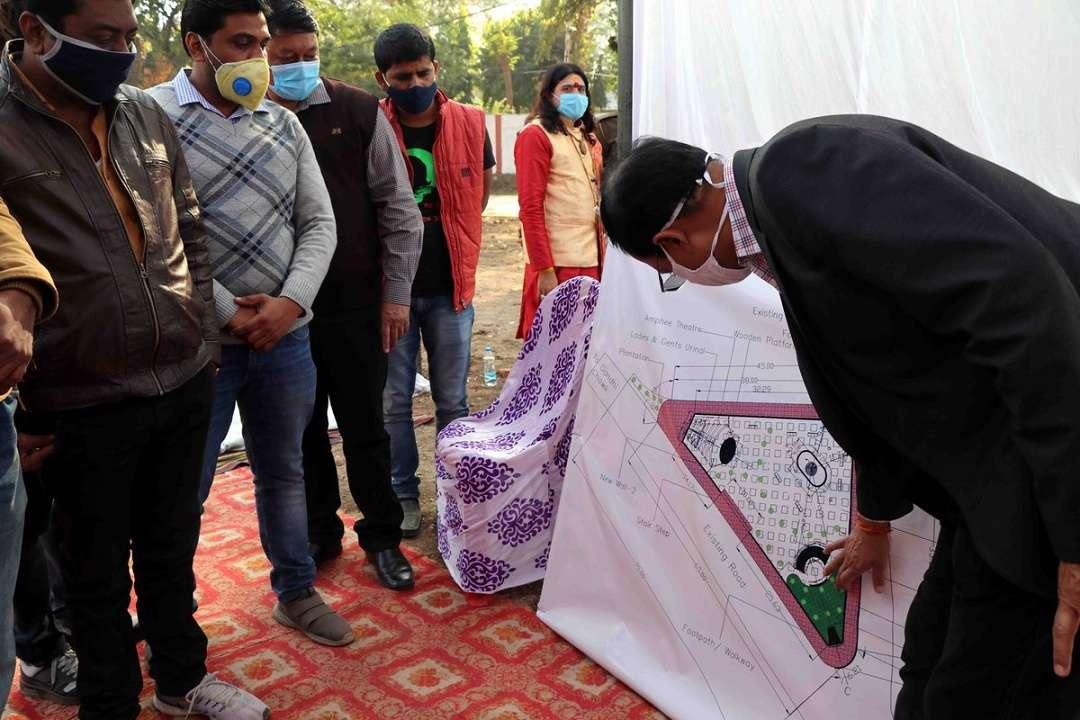 नरसिंहपुर में प्रस्तावित प्लाजा निर्माण के बाबत अपनी योजना बताते कलेक्टर वेदप्रकाश
