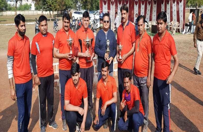 100 रन से जीती दमोह पुलिस की टीम, श्रेष्ठ गेंदबाज से नवाजे गए एसपी दमोह