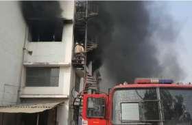 गाजियाबाद में मारुति के शोरूम में खड़ी थी सैकड़ों कार अचानक लग गई आग