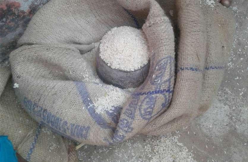 मिड डे मिल में गडबड़ी: स्वसहायता समूह कम चावल का कर रहे वितरण,  5 की जगह 2 और 3 किलो चावल