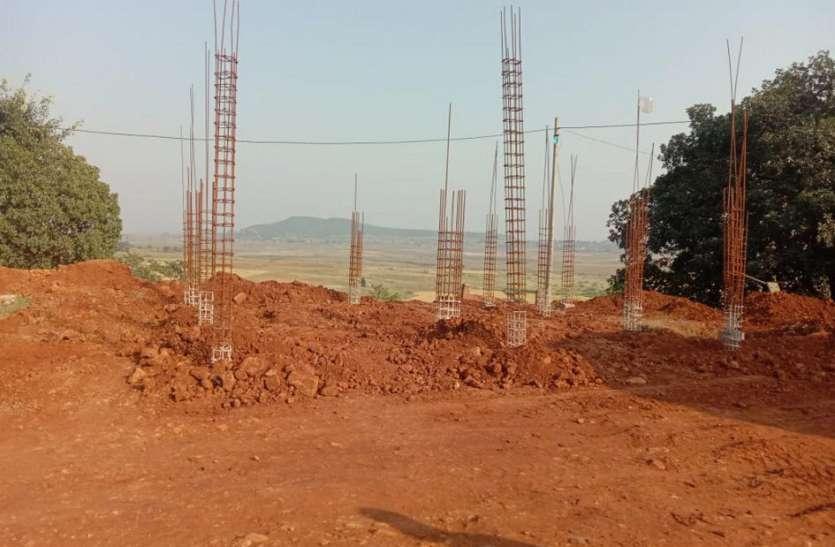 लापरवाही: अधर में लटका अतिरिक्त कक्ष निर्माण