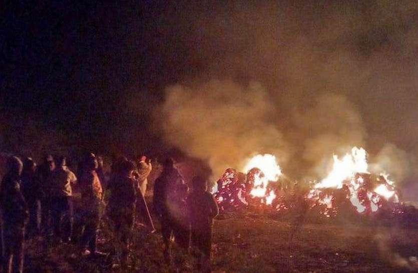 बाड़े में रखी तीस ट्रॉली कड़बी जलकर राख, दमकल की सहायता से पाया काबू