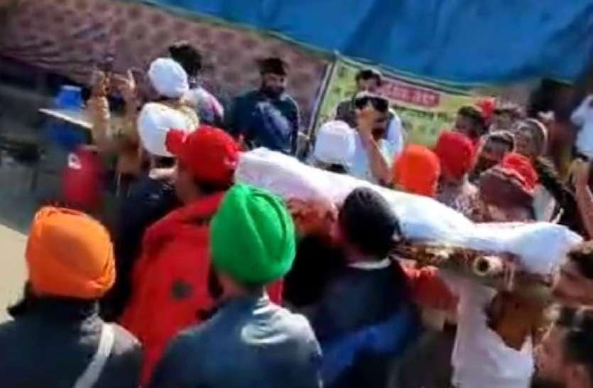 यूपी गेट पर गुस्साए किसानों ने निकाली प्रधानमंत्री के पुतले की शवयात्रा
