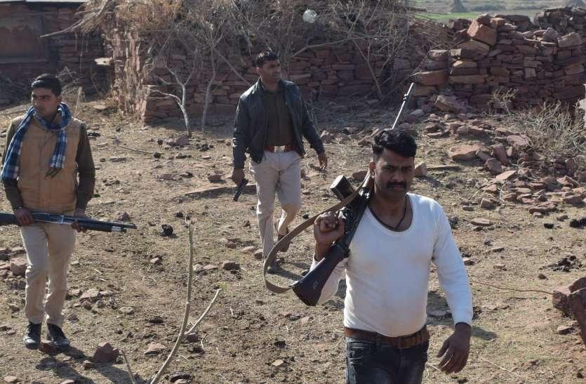 सवा लाख के इनामी घायल डकैत केशव गुर्जर की तलाश में घर-घर पहुंची पुलिस, डांग क्षेत्र में ड्रोन से तलाश