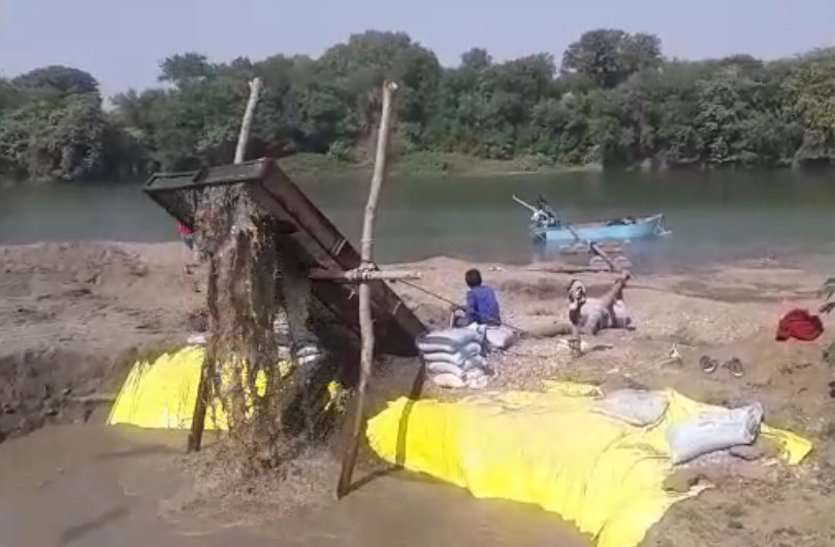अधिकारियों का नहीं खौफ, धड़ल्ले से जारी है अवैध रेत उत्खनन