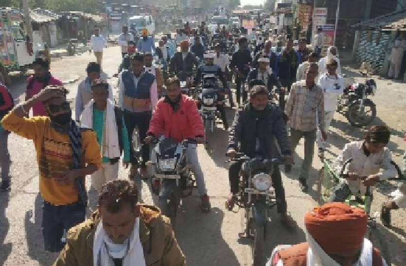काले कानून के विरोध में किसानों ने निकाली वाहन रैली