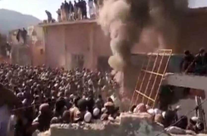 पाकिस्तान: खैबर पख्तूनख्वा प्रांत में हिंदू मंदिर को ध्वस्त किया, लगाई आग