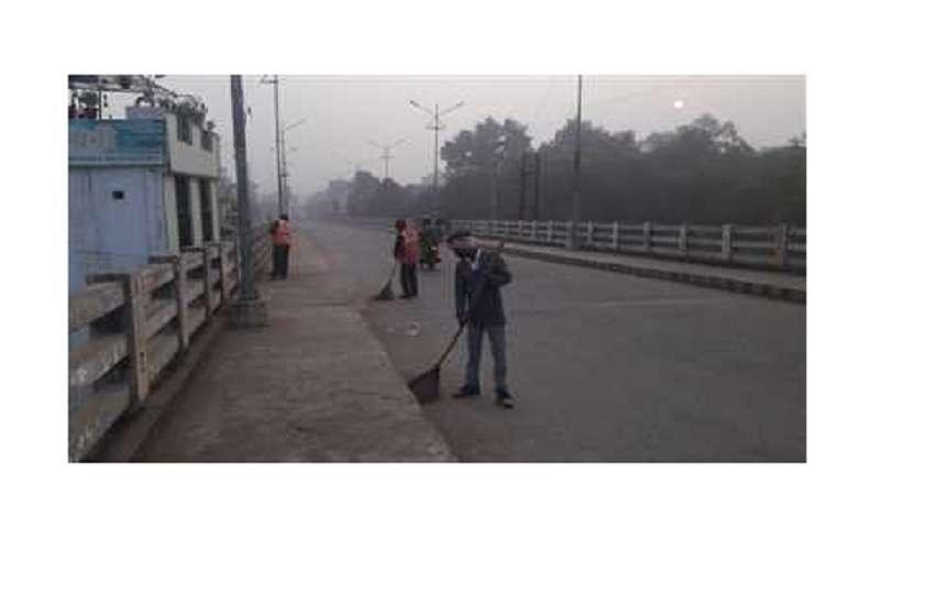 कटनी शहर की सड़कों पर दो पालियों में लग रहा झाड़ू