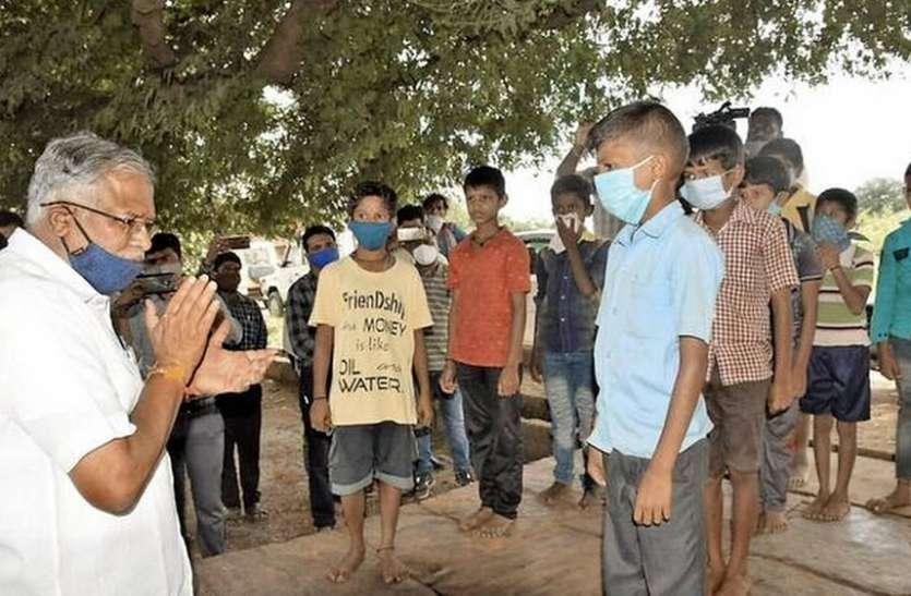 शिक्षा मंत्री सुरेश कुमार ने स्कूलों का दौरा किया