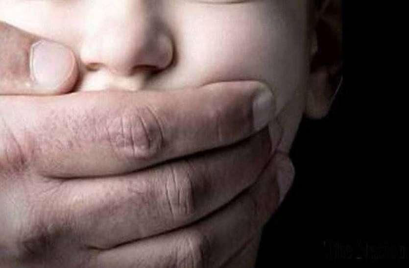 घर के बाहर खेल रहे बच्चे का अपहरण, खुद को पुलिस से घिरा देख हाईवे पर फेंक फरार हुए बदमाश