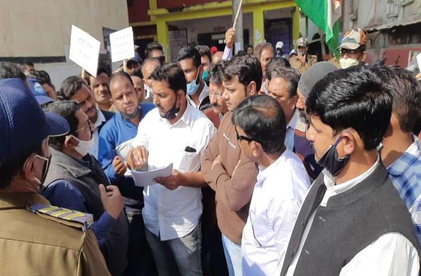 आमजन की समस्या को लेकर यूथ कांग्रेस कार्यकर्ता उतरे सड़क पर