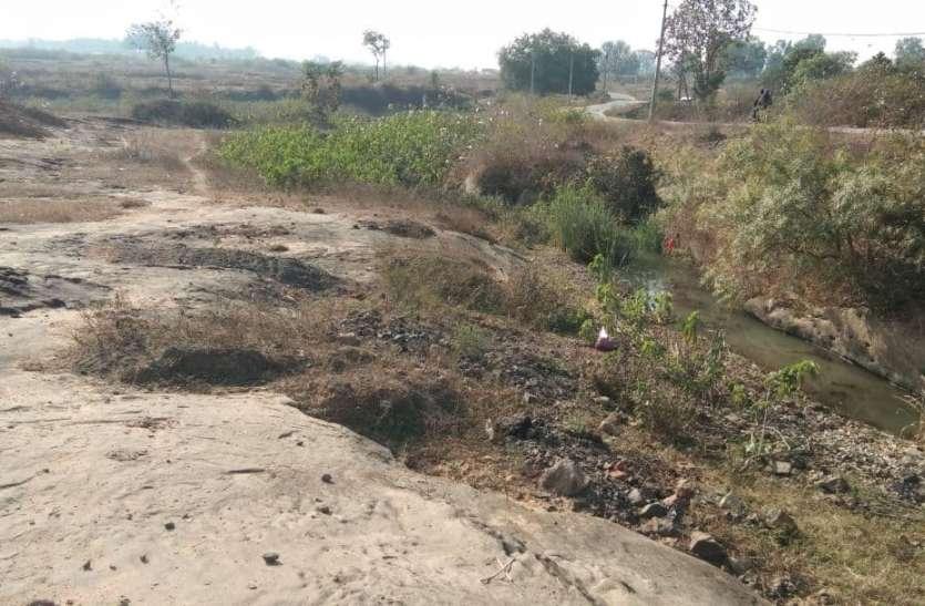 दुल्हीकुंड नदी का अस्तित्व खतरे में,  कॉलोनी का दूषित पानी मिल रहा मुख्य धार से