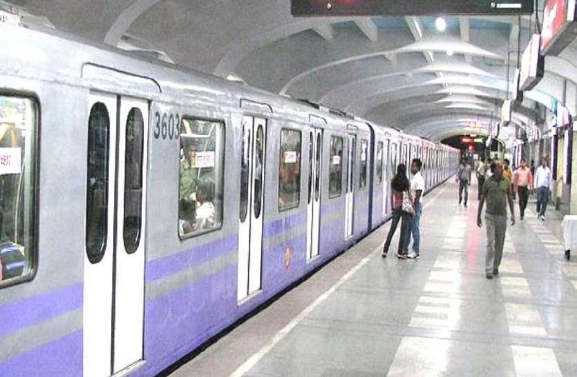 KOLKATA  METRO---दमदम मेट्रो स्टेशन पर युवक ने की खुदकुशी की कोशिश