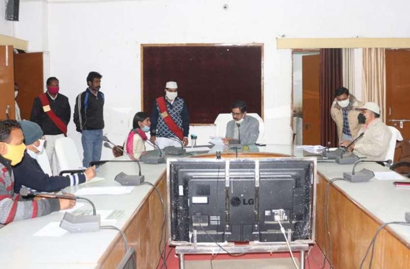 अधिकारियों ने सुनी समस्याएं, निराकरण के दिए निर्देश