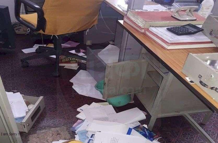 आमथला मिनी सहकारी बैंक में चोरों ने उड़ाई 85 हजार की नगदी