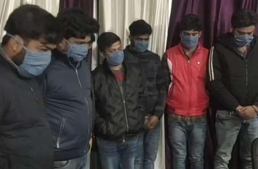 Gambling : जुआ खेलते 7 रईसजादे गिरफ्तार, लाखों की लग रही थी हार-जीत की बाजी